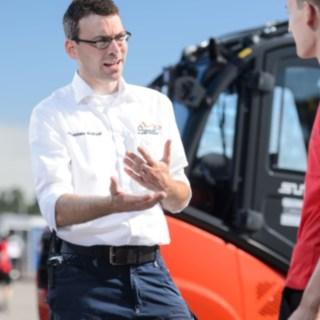Johannes Kratzel, Leiter Event Support, im Gespräch mit Helfern bei der Formula Student