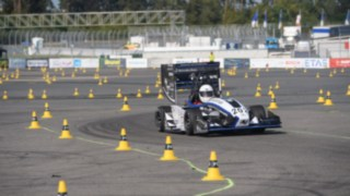 Rennwagen der studentischen Teams stellen ihre Leistung am Hockenheimring unter Beweis