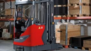 Linde Material Handling erweitert sein Robotik-Portfolio um den autonomen Schubmaststapler R-MATIC. Das Lagertechnikgerät transportiert palettierte Waren bis 1,6 Tonnen vollautomatisch in Hochregale und lagert sie dort selbstständig in Hubhöhen bis zehn Meter ein und aus.
