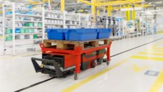 Linde Material Handling präsentiert Unterfahr-Schlepper für Produktionslogistik