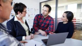 Meeting im Büro mit Mitarbeitern bei Linde Material Handling